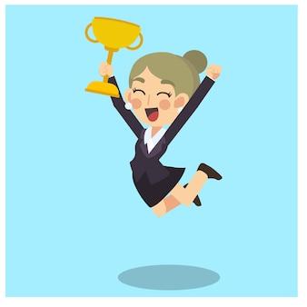 La donna di affari è felice e salta con il trofeo vincente dorato nella mano. vettore del personaggio dei cartoni animati di concetto di affari.