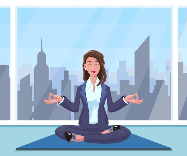 La donna di affari pratica lo yoga