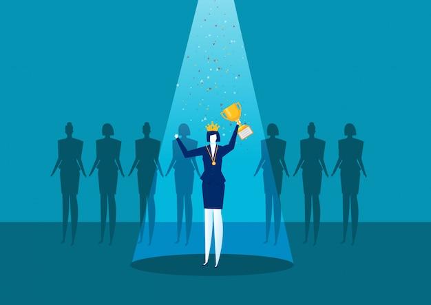 La donna di affari sta stando su un piedistallo dei vincitori con una tazza dorata, il giorno della donna di successo