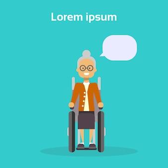 La donna senior sulla sedia a rotelle felice anziana sorridente disabile si siede sul concetto di disabilità della sedia a rotelle