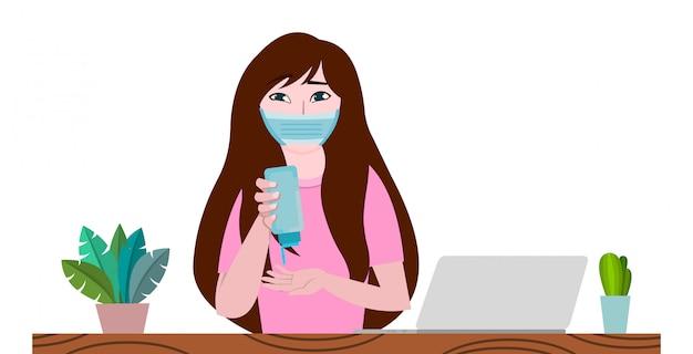 La donna sta lavorando su un laptop a casa e sta disinfettando le mani per prevenire il virus della corona o il covid-19