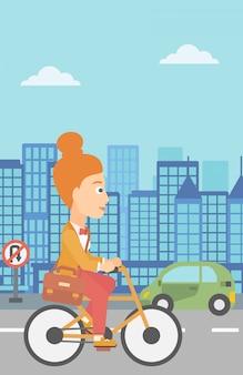 La donna va in bicicletta al lavoro.
