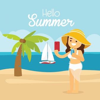 La donna va viaggiare durante le vacanze estive, la giovane donna in occhiali da sole e il costume da bagno arancione che fanno selfie