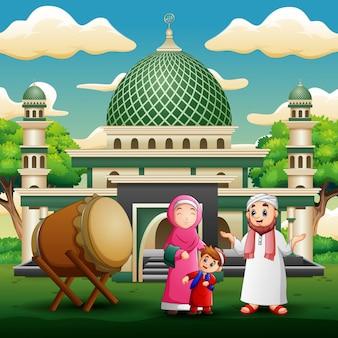 La famiglia felice celebra per eid mubarak davanti alla moschea