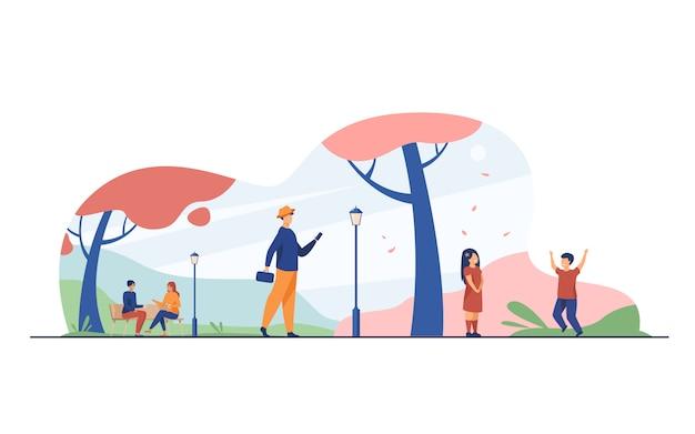 La gente che gode della stagione di fioritura del ciliegio in parco