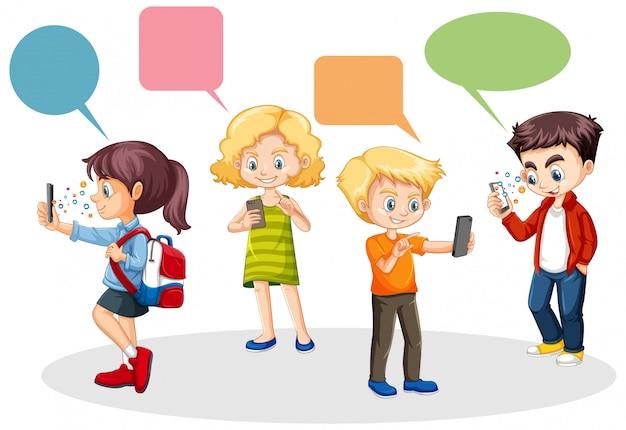 La gente che per mezzo dello smart phone con il tema in bianco di pensiero dell'insegna isolato su fondo bianco