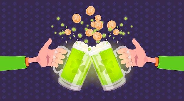 La gente che tosta i vetri di birra sopra il fondo felice del giorno di st patrick