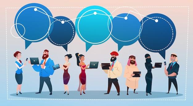 La gente della corsa della miscela raggruppa facendo uso della chiacchierata di chiacchierata della rete sociale dei gadget della comunicazione sociale