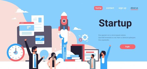 La gente di affari che lancia il nuovo razzo dello spazio di progetto startup avvia sul ritratto orizzontale piano