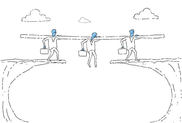 La gente di affari del gruppo cammina sopra risciò della squadra delle persone d'affari di cliff gap