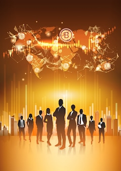 La gente di affari della siluetta raggruppa la mappa di mondo di sorveglianza con la cifra crypto digita di concetto di valuta di bitcoin