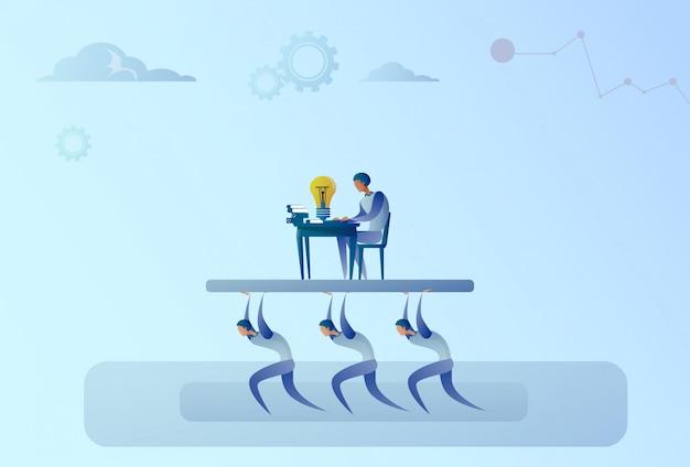 La gente di affari della squadra porta il concetto di direzione di working on computer boss dell'uomo d'affari