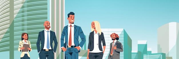 La gente di affari raggruppa l'insegna varia della squadra