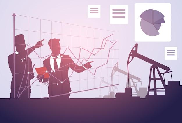 La gente di affari studia l'insegna della piattaforma della gru della grafica di successo di pumpjack oil rig