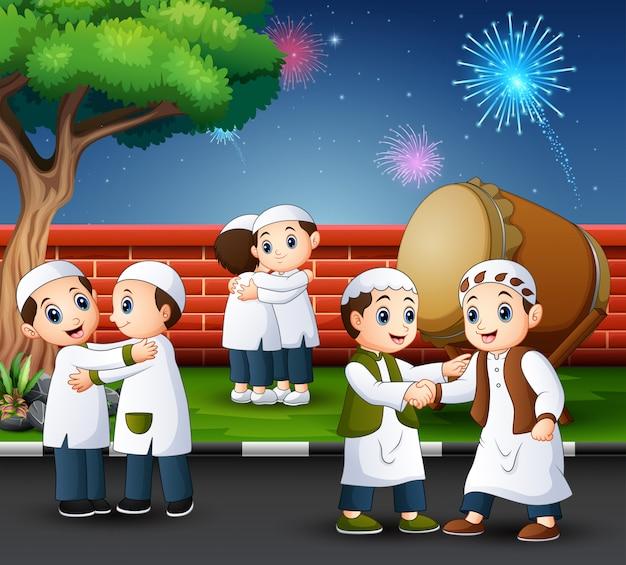 La gente musulmana felice celebra per eid mubarak nel parco