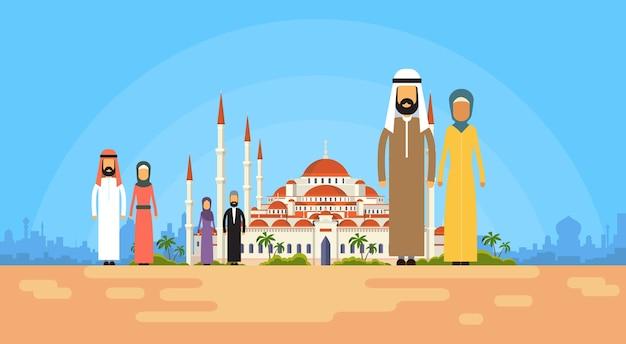 La gente musulmana raggruppa sopra la costruzione santa della moschea