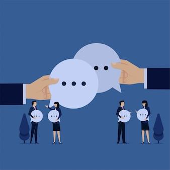 La gente piana di concetto di vettore di affari porta la bolla di chiacchierata e parla la metafora della comunicazione.