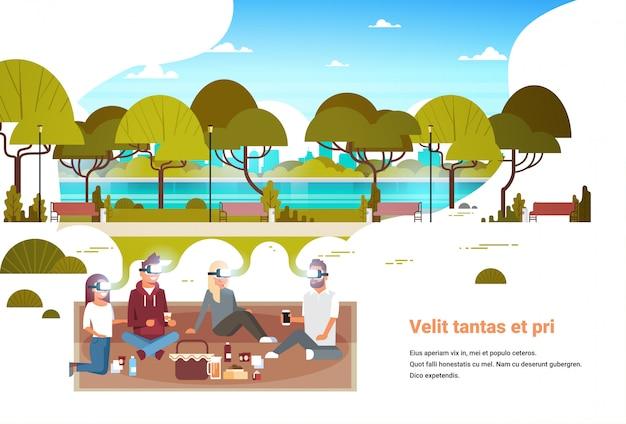 La gente raggruppa i vetri digitali che hanno picnic nel concetto urbano dell'innovazione della cuffia avricolare di visione di realtà virtuale del parco urbano della città