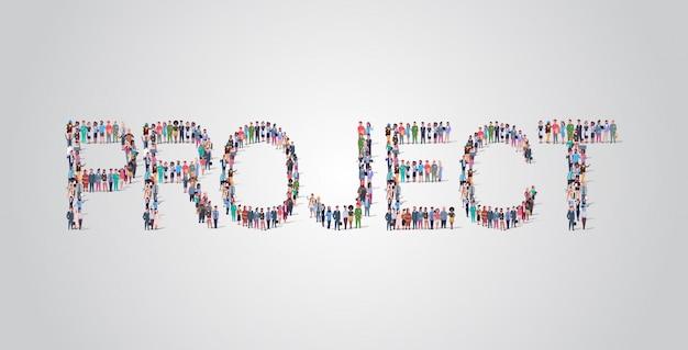 La gente si raduna a forma di parola del progetto