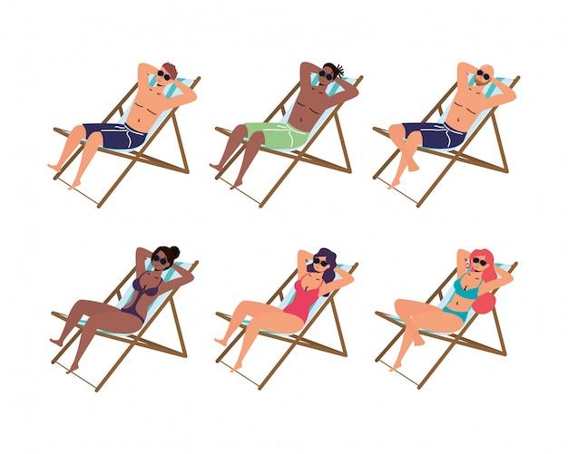 La gente sulla scena di vacanze estive delle sedie di spiaggia