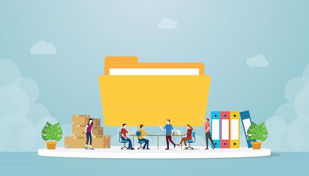 La gestione dei file con le persone del team in ufficio gestiscono e preparano i dati con l'icona di una grande cartella con un moderno stile piatto
