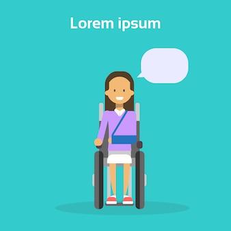 La giovane donna sulla sedia a rotelle felice femmina disabile sorridente si siede sul concetto di disabilità della sedia a rotelle