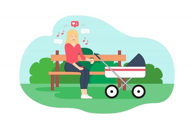 La giovane madre è seduta sulla panchina