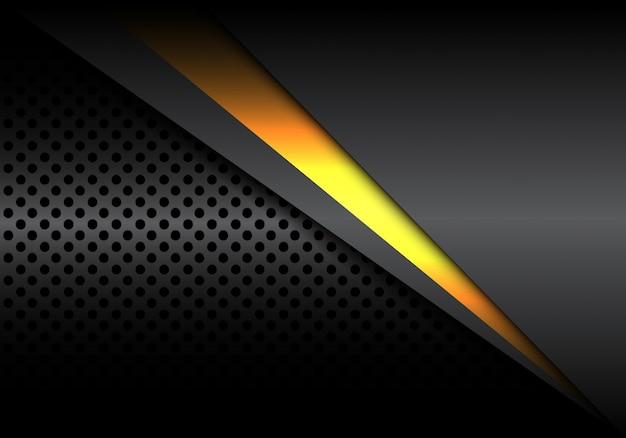 La linea di luce gialla si sovrappone su metallizzato scuro con sfondo a maglie circolari