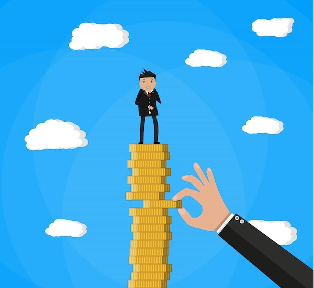 La mano cerca di estrarre la moneta dallo stack