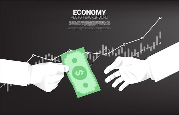 La mano dell'uomo d'affari dà i soldi delle banconote ad altri.