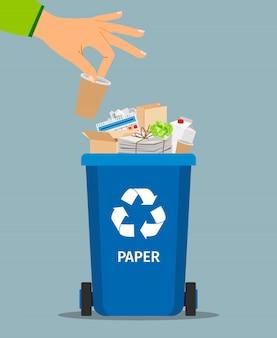 La mano della donna getta la spazzatura