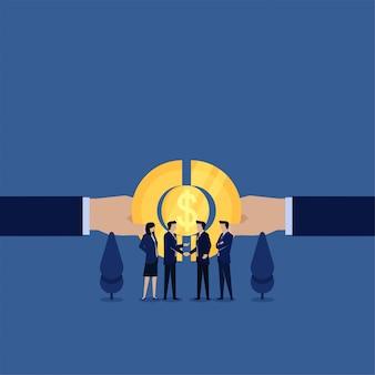 La mano piana di concetto di affari unisce la metafora della stretta di mano della moneta e dell'uomo d'affari dell'uomo d'affari dell'associazione.