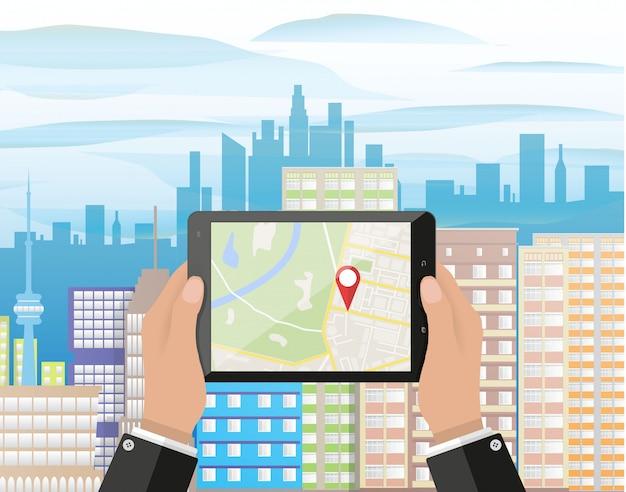 La mano tiene lo smartphone con l'app di navigazione