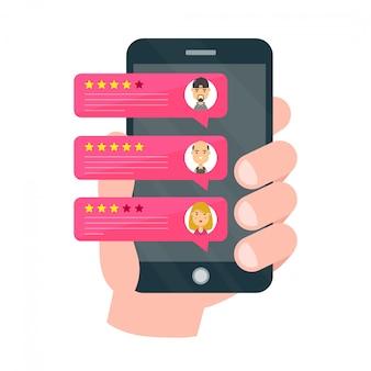 La mano tiene smartphone con commenti di valutazione