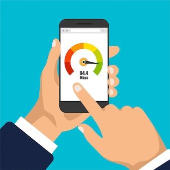 La mano tiene smartphone con misuratore del punteggio di credito. display del telefono con test di velocità su di esso. isolato