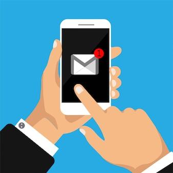 La mano tiene smartphone con nuova lettera su uno schermo.
