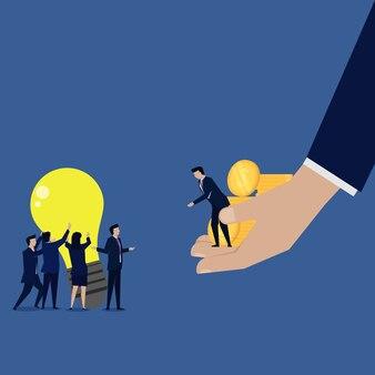 La negoziazione dell'uomo d'affari con la grande azienda compra l'idea di vendita.