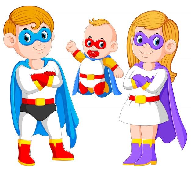 La posa della famiglia dei supereroi con il loro bambino