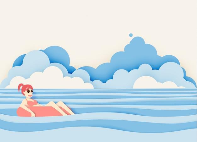 La ragazza che galleggia sulla spiaggia con la bella carta del fondo del mare ha tagliato lo stile