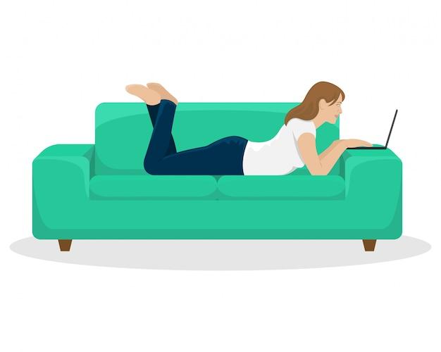 La ragazza lavora al computer portatile sdraiato sul divano. ufficio a casa. illustrazione.