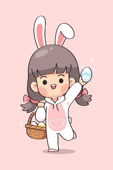 La ragazza sveglia in vestito del coniglietto con le orecchie di coniglio porta il canestro delle uova di pasqua