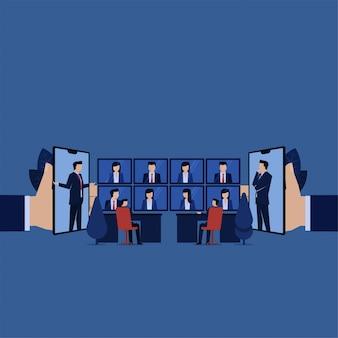 La riunione d'affari in linea discute il profitto con molti schermo