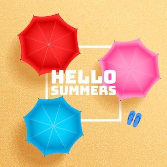 La sabbia della spiaggia dell'estate con l'ombrello ombreggia il fondo
