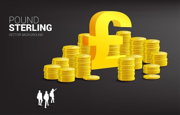 La siluetta del gruppo dell'uomo d'affari indica l'icona dei soldi di sterlina e la pila di monete. business di successo in gran bretagna.