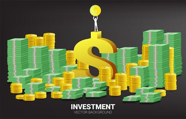La siluetta dell'uomo d'affari alza la moneta dorata sopra l'icona del dollaro