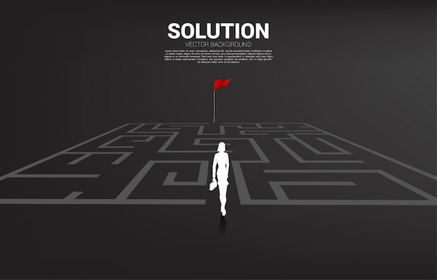 La siluetta della donna di affari entra per labirinto alla bandiera rossa. concetto di business per trovare soluzione e raggiungere l'obiettivo