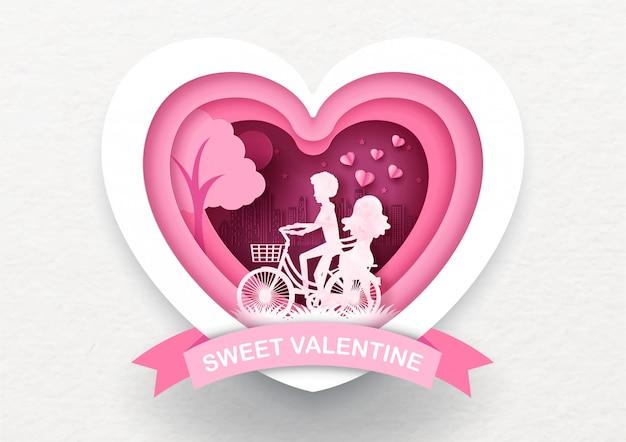 La siluetta rosa del primo piano dell'amante guida una bici in un cuore gigante con espressione dolce del biglietto di s. valentino sul nastro rosa e sul bianco, cartolina d'auguri