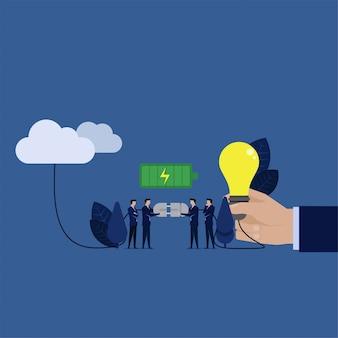 La squadra di affari collega l'idea alla metafora del cloud ottiene più ispirazione