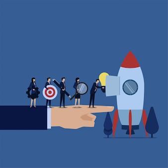 La squadra di affari ha messo l'idea ingrandice l'obiettivo e l'ingranaggio sulla metafora del razzo di prepara l'inizio.