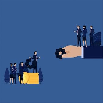 La squadra di affari si lamenta e si scambia gli ingranaggi rotti per garanzia e soldi.